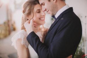 Brautpaar, verliebt, Umarmung, stehen, lächeln, Detail,