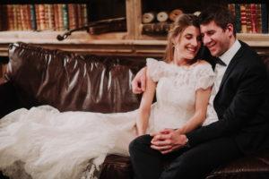 Brautpaar, verliebt, Sofa, sitzen, lächeln, Detail,