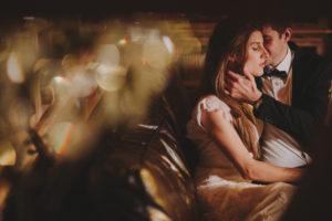 Brautpaar, verliebt, Sofa, sitzen, Zärtlichkeit, Detail,