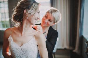 Braut, Stylistin, fröhlich, Kette, anziehen,