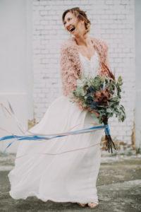 Braut, fröhlich, stehen, Blumenstrauß, halten,