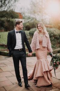 Brautpaar, Spaziergang, Hand in Hand,