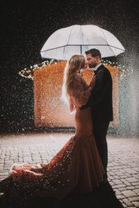 Paar, verliebt, Umarmung, stehen, seitlich, küssen, Regenschirm, Abend,