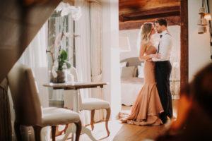 Paar, verliebt, Umarmung, stehen, seitlich,
