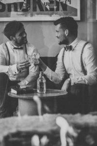 Männer, zwei, Whisky, trinken, anstoßen,