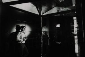 Mann, Whisky, Glas, halten, stehen, Wand, Dunkelheit,