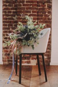 Stuhl, Blumenstrauß,