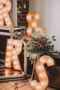 Hochzeitsdekoration, Koffer, Buchstaben, MR & MRS, leuchten, Detail, Brautstrauß,