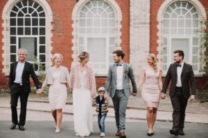 Hochzeitsfoto, Brautpaar, Brauteltern, Trauzeugen, Sohn, gehen, Hand in Hand,