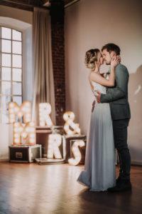 Brautpaar, glücklich, Augen geschlossen, stehen, Umarmung, Dekoration, Buchstaben, leuchten,
