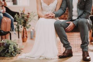 Brautpaar, sitzen, Hände halten, Detail,