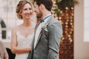 Brautpaar, stehen, Blickkontakt, lächeln, Halbporträt, Detail,