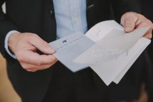 Mann, Detail, Hände, Hochzeitseinaldung, halten,