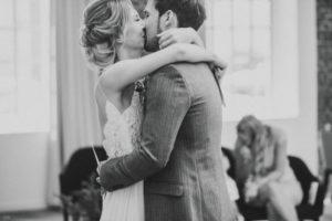 Brautpaar, glücklich, Umarmung, Kuss,
