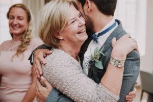 Hochzeit, Bräutigam, Seniorin, Umarmung, lächeln,