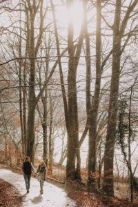 Junges Paar am See