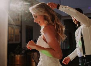 Brautpaar, glücklich, verliebt, tanzen