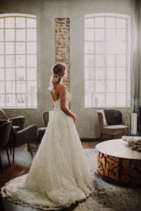 Braut blickt nachdenklich aus dem Fenster