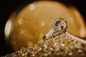 goldener Schuh, Diamantring, close-up