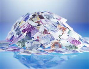 Haufen, Banknoten, Euro   Zahlungsmittel, Geld, Einheitswährung, Europäische Währungsunion, EU, Bargeld, bar, Geldscheine, Geldberg, Überfluss, Reichtum, sparen, anhäufen