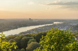 Deutschland, Nordrhein-Westfalen, Bad Honnef, Rhein, Blick Richtung Bonn am Abend