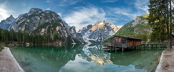 Prags, Dolomiten, Provinz Bozen, Südtirol, Italien. Der Pragser Wildsee mit dem Seekofel bei Sonnenaufgang