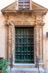 Gallipoli, Provinz Lecce, Salento, Apulien, Italien, Europa. Tür in den Gassen von Gallipoli