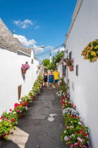 Alberobello, Provinz Bari, Salento, Apulien, Italien, Europa. Eine malerische Gasse in Alberobello