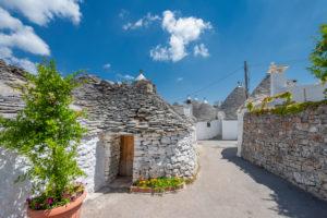 Alberobello, Provinz Bari, Salento, Apulien, Italien, Europa. Die typischen Trulli Häuser mit ihrem kegelfärmigen Dach im Trockenbaustil