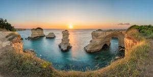 Melendugno, Provinz Lecce, Salento, Apulien, Italien, Europa. Die Faraglioni von Torre Sant' Andrea bei Sonnenaufgang