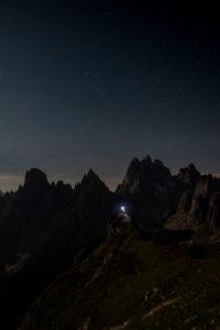 Monte Campedelle, Misurina, Auronzo di Cadore, Provinz von Belluno, Venetien, Italien, Europa. Ein Bergsteiger bewundert den Sternenhimmel über der Cadinigruppe