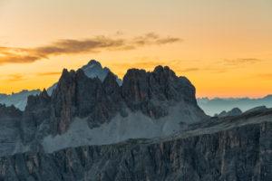 Cortina d' Ampezzo, Provinz Belluno, Veneto. Italien. Antelao und Croda da Lago kurz vor Sonnenaufgang
