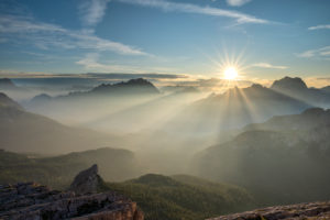 Cortina d' Ampezzo, Provinz Belluno, Veneto. Italien. Sonnenaufgang über dem Talkessel von Cortina d' Ampezzo