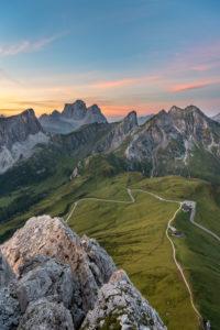 Cortina d' Ampezzo, Provinz Belluno, Veneto. Italien. Passo Giau Monte Pelmo und Monte Cernera kurz vor Sonnenaufgang