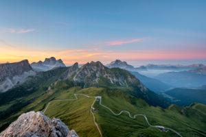 Cortina d' Ampezzo, Provinz Belluno, Veneto. Italien. Passo Giau, Monte Pelmo, Monte Cernera und Monte Civetta kurz vor Sonnenaufgang