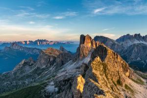 Cortina d' Ampezzo, Provinz Belluno, Veneto. Italien. Averau und Nuvolau mit der Schutzhütte bei Sonnenaufgang