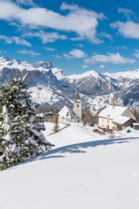 Hochabtei / Alta Badia, Provinz Bozen, Südtirol, Italien, Europa. Die Schutzhütte Heilig Kreuz Hospiz und die Wallfahrtskirche von Heilig Kreuz. Im Hintergund die Puezgruppe und die Geislerspitzen