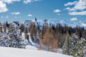 Hochabtei / Alta Badia, Provinz Bozen, Südtirol, Italien, Europa. Die Schutzhütte Heilig Kreuz Hospiz und die Wallfahrtskirche von Heilig Kreuz. Im Hintergund die Marmolada