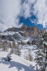 Hochabtei / Alta Badia, Provinz Bozen, Südtirol, Italien, Europa. Die mächtige Felswand des Heiligkreuzkofel