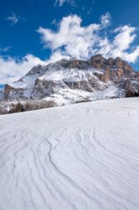 Hochabtei / Alta Badia, Provinz Bozen, Südtirol, Italien, Europa. Winter auf den Armentarawiesen. Im Hintergrund die Gipfel der Zehnerspitze und des Heiligkreuzkofel