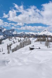 Hochabtei / Alta Badia, Provinz Bozen, Südtirol, Italien, Europa. Winter auf den Armentarawiesen. Im Hintergrund die Puezgruppe, die Geislerspitzen und der Peitlerkofel