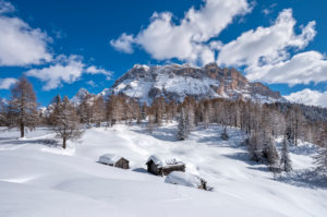 Hochabtei / Alta Badia, Provinz Bozen, Südtirol, Italien, Europa. Winter auf den Armentarawiesen. Im Hintergrund die Gipfel der Neunerspitze, Zehnerspitze und Heiligkreuzkofel