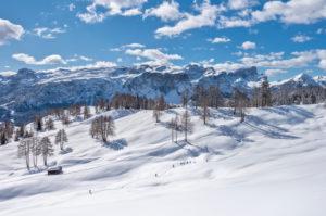 Hochabtei / Alta Badia, Provinz Bozen, Südtirol, Italien, Europa. Winter auf den Armentarawiesen. Im Hintergrund die Puezgruppe und die Geislerspitzen