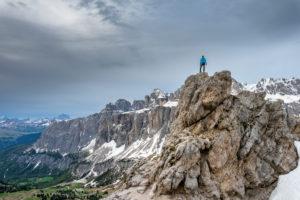 Grödner Joch, Provinz Bozen, Südtirol, Italien. Bergsteiger am Gipfel der Kleinen Cirspitze