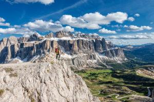 Grödner Joch, Provinz Bozen, Südtirol, Italien. Bergsteiger am Weg zur Großen Cirspitze