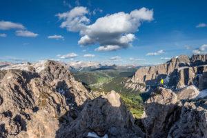 Grödner Joch, Provinz Bozen, Südtirol, Italien. Ein Bergsteiger am Gipfel der Großen Cirspitze bewundert das Bergpanorama der Dolomiten
