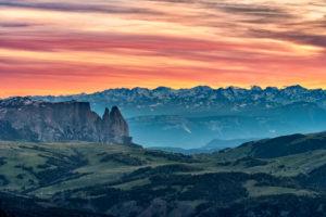 Grödner Joch, Provinz Bozen, Südtirol, Italien. Blick bei Sonnenuntergang vom Gipfel der Großen Cirspitze zur Seiser Alm und zum Schlern