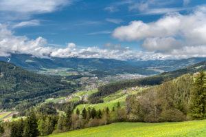 Percha, Provinz Bozen, Südtirol, Italien. Blick auf das Dorf percha und im Hintergund die Stadt Bruneck