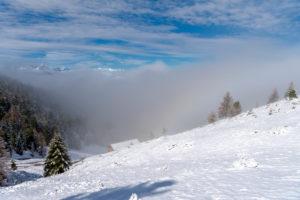 Percha, Provinz Bozen, Südtirol, Italien. Schnee im Frühling oberhalb der Gönner Alm. Im Hintergrund die Dolomiten