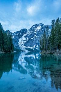 Prags, Dolomiten, Provinz Bozen, Südtirol, Italien. Der Pragser Wildsee mit dem Seekofel zur blauen Stunde